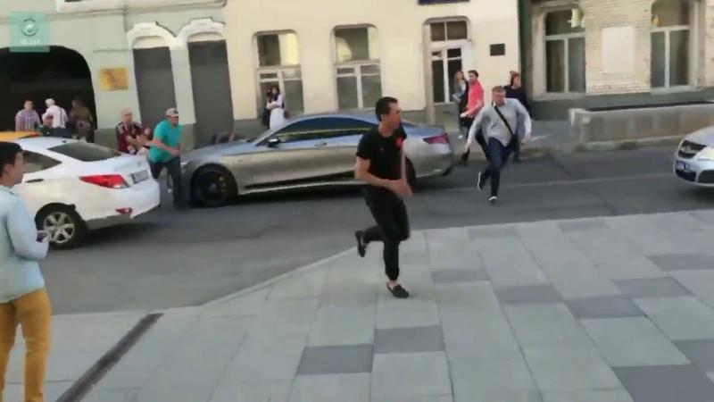 Таксист сбил мексиканских болельщиков в центре Москвы и пытался сбежать