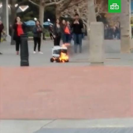 """НТВ on Instagram: """"В калифорнийском Беркли во время доставки заказа на улице сгорел робот-курьер. На месте его гибели местные жители сделали мемори..."""