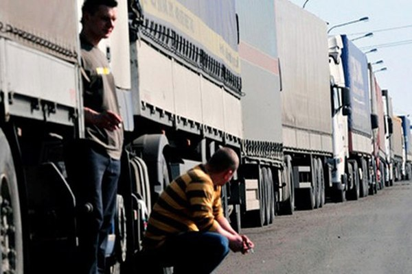 Трассу Ростов - Таганрог - граница с Украиной закрыли для большегрузов