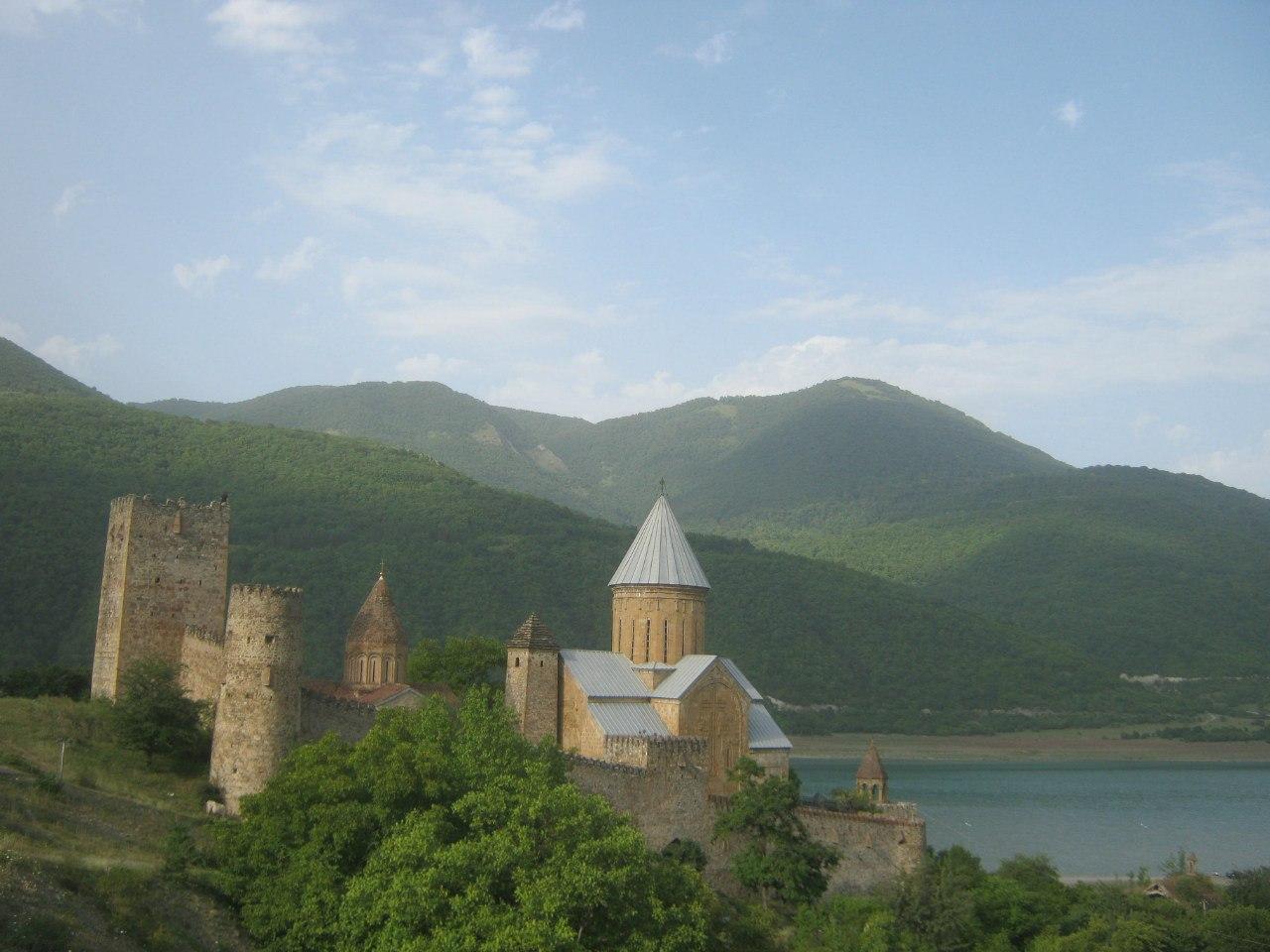 Крепость Ананури с 2 церквями и далее - Жинвальское водохранилище. Находится на трассе Владикавказ-Тбилиси.