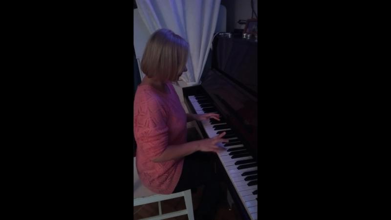 А ещё я чуть чуть умею играть на пианино