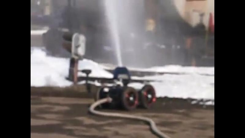 Робот тушит пожар