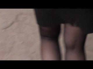Реальное видео! Красивая девушка в мини - юбке идёт домой