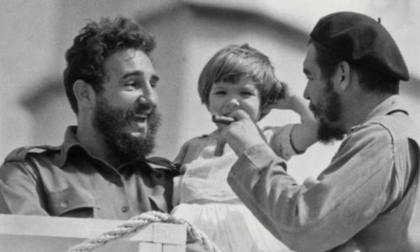 Фото Фиделя Кастро, который держит на руках Алейду, дочку Че Гевары.