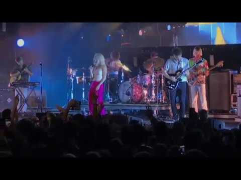 Paramore - Caught In The Middle - Live in Minneapolis, MN