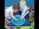 ⚠Задача для малышей: достать шарики из воды, положить их в свою чашку. А затем из чашки переложить шарики в бутылочку с узким го