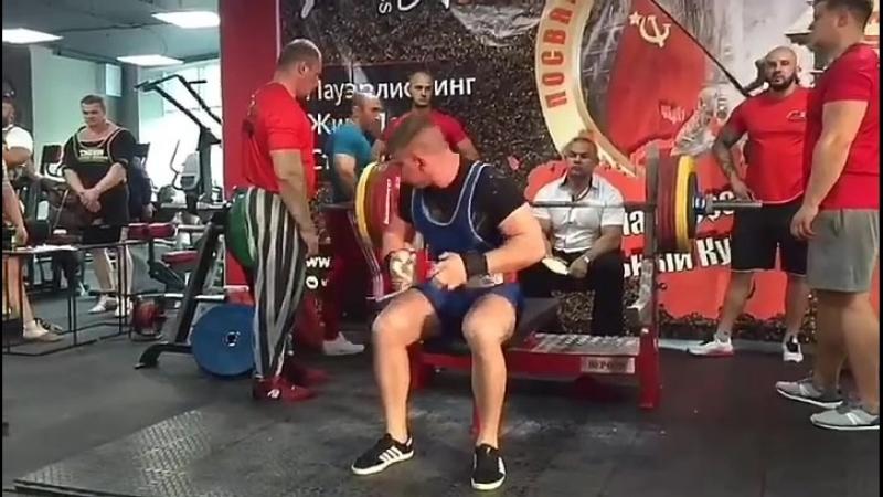 Вадим Нохрин 97кг юниор жмет 210 кг без экипировки