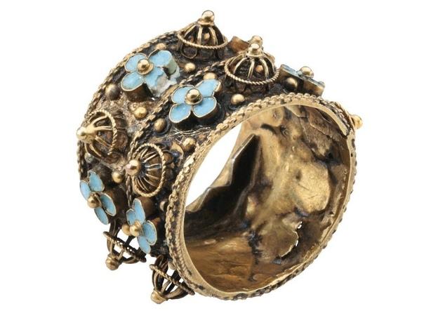 Двойное обручальное кольцо с зубцами внутри.