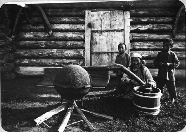 Приготовление тарасуна, т.е. молочной водки. Якутия. Конец 19-го века
