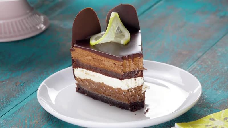 Размазываем шоколад по противню От одного вида торта слюнки текут правда