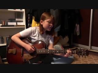 Девушка играет на гитаре и поёт авторскую песню!