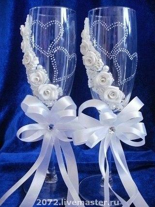 Оформление свадебных бокалов атласными лентами