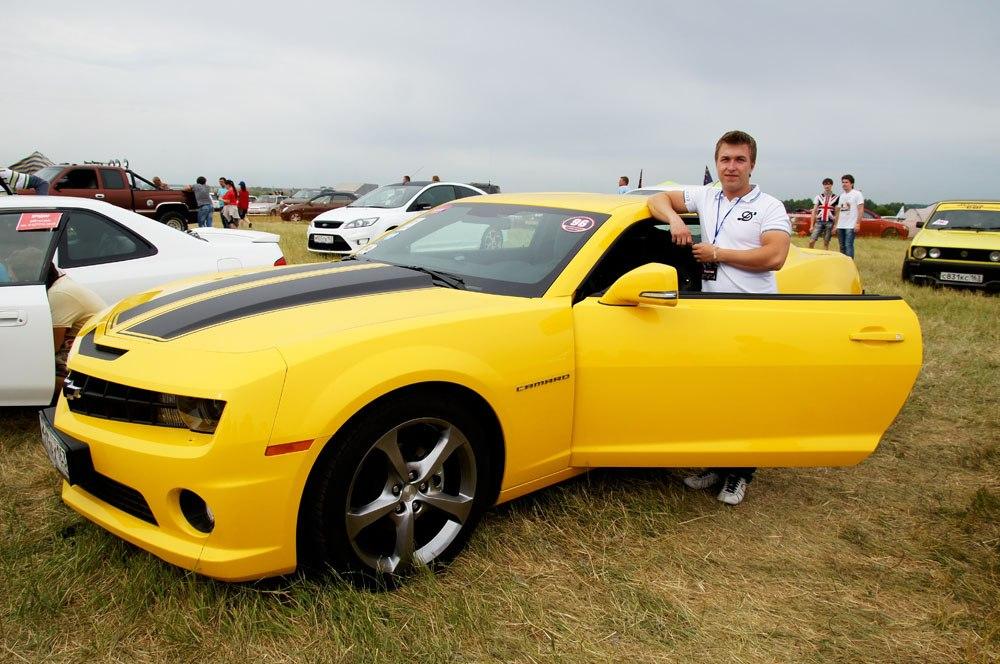 Фото парень возле машины