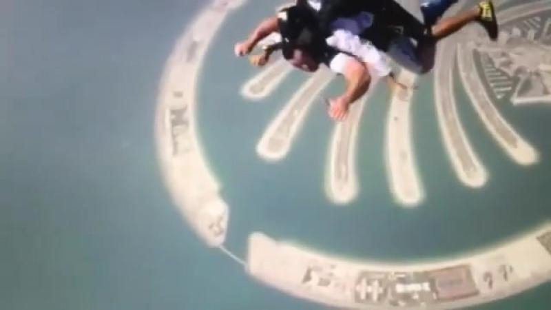 Вице- чемпион олимпиады, тяжелоатлет Д. Клоков прыгает с парашютом