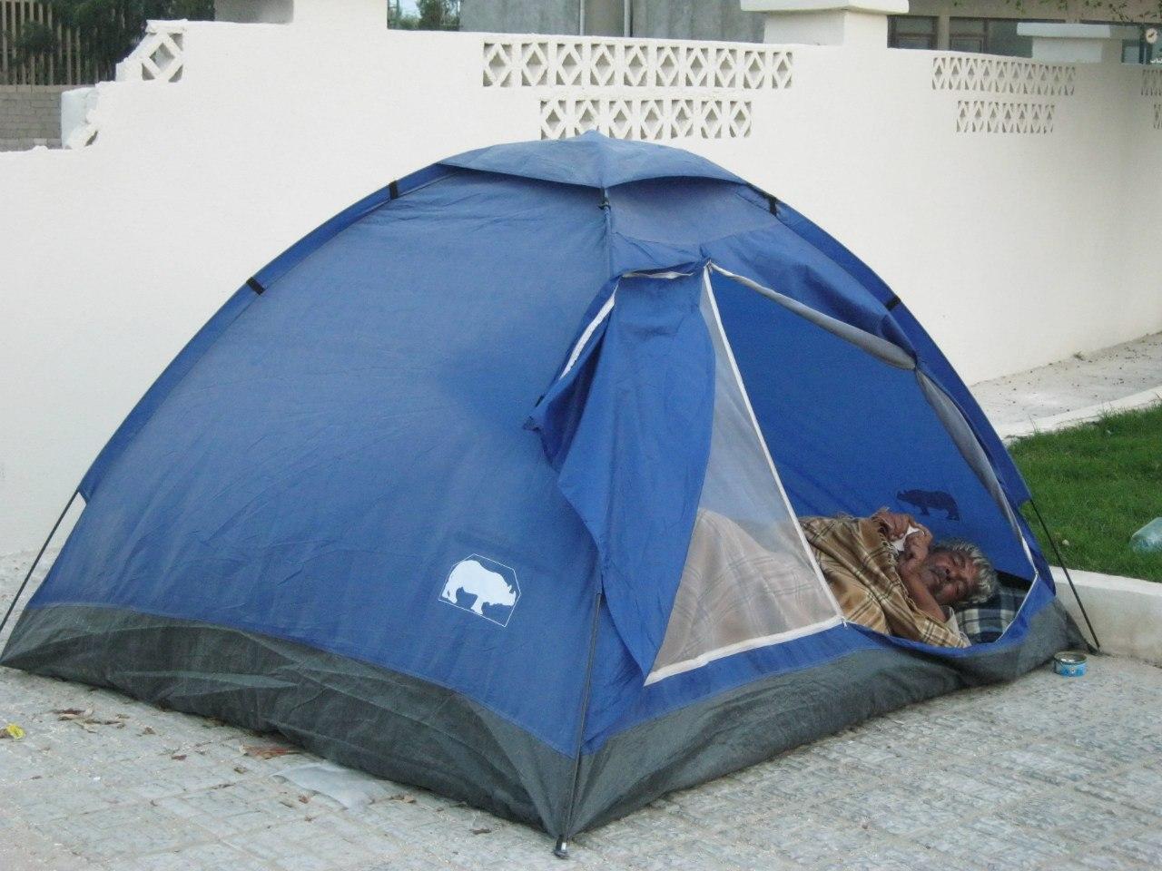 Мужик в палатке - бомж??