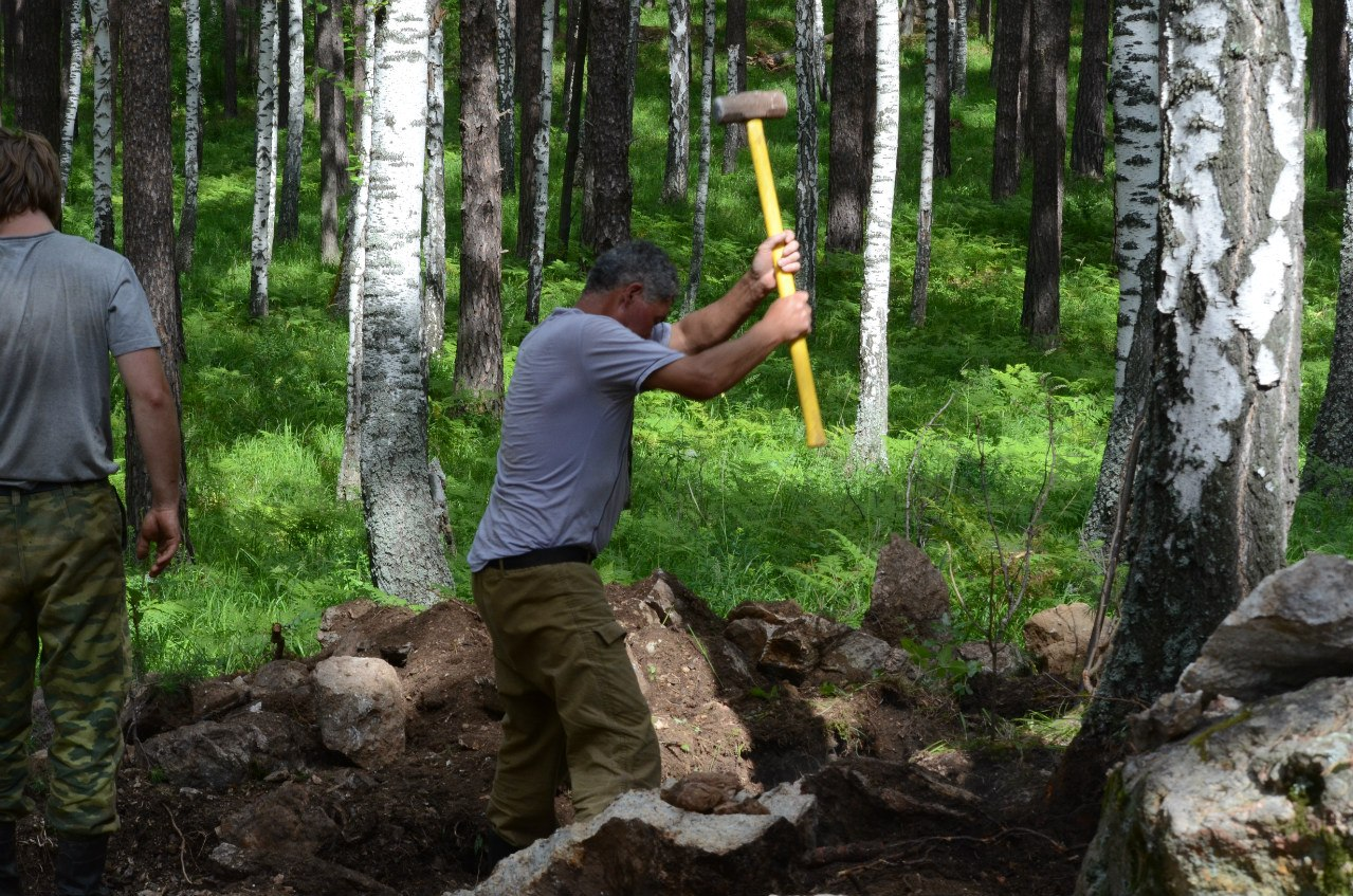 Геологи добывают материал (06.11.2014)