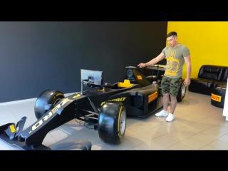 Болид F1 в шинном центре