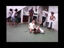 Garoto toma chute no ovo após lutar capoeira