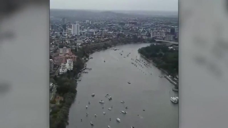 В Австралии военный самолет пролетел между небоскребами, чем дико перепугал офисный планктон, которые подумали, что это повторен