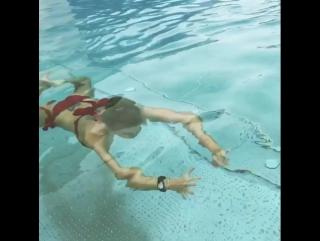 Учусь плавать под водой. Хотя раньше умела, но что то позабыла🙈 #дом2 #Гозиас
