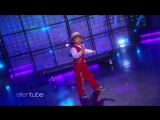 Малышка-танцовщица Lil Mushroom поражает Кристен Белл
