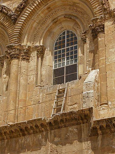 Лестница в Иерусалиме, которую никто не может убрать уже более ста лет. Дело в том, что деревянная лестница, приставленная к правому окну фасада Храма Гроба Господня опирается на карниз,