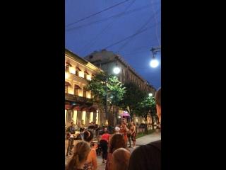 Это просто невероятно!!! Здесь все поют и гуляют #спб #невскийпроспект