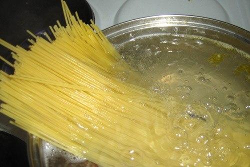 Как варить макароны длинные в кастрюле