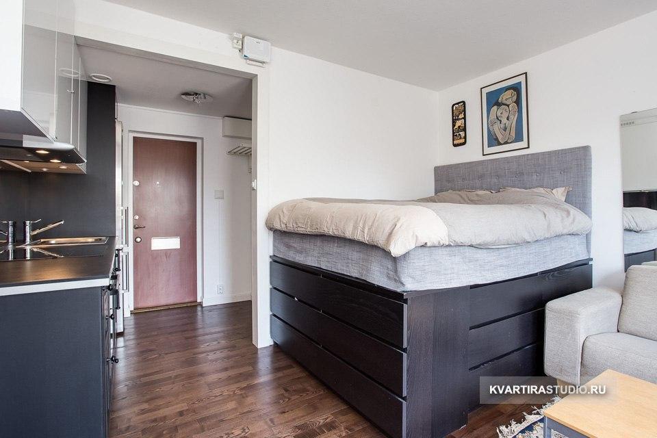 Гостиная-спальня: высокие кровати с системами хранения - http://kvartirastudio.