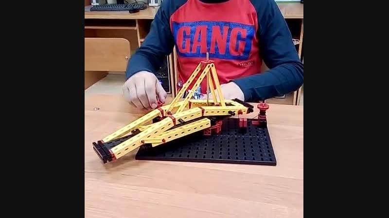 Новиков Иван с моделью подвижного моста Леонардо да Винчи, конструктор fischertechnik
