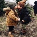 Маленький мальчик, говорит маленькой девочке