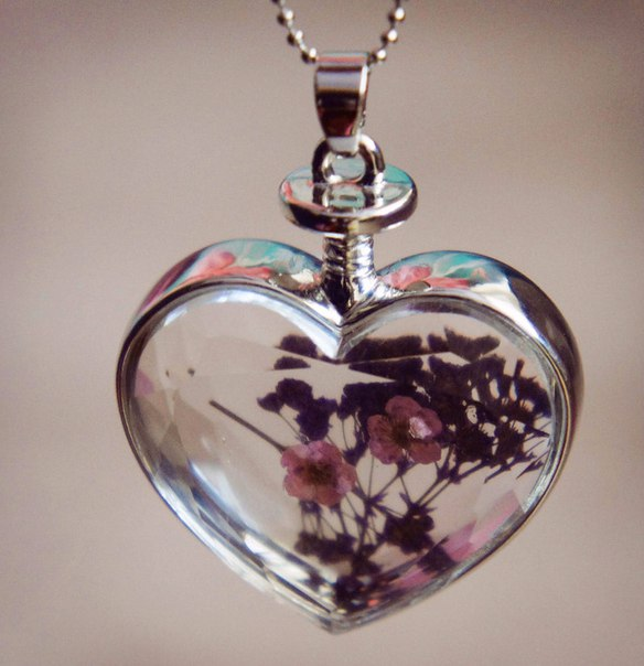 Кулон в виде сердца с засушенными цветочками внутри. Цена около