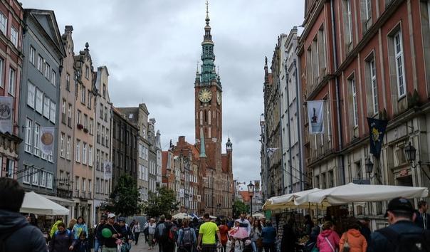 История восстановления польского Гданьска. За «историческими» фасадами скрывается современная начинка. Голландский маньеризм как бы XVIII века декорировал фактически новые дома.Справедливости