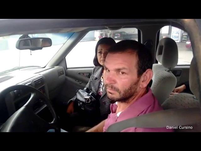 Casal abastece o carro e tenta pagar com papel