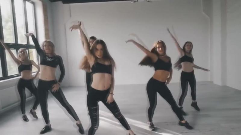 Шикарно танцует Парни в шоке Не каждая красотка так сможет Вот так надо танцевать девушкам Учись