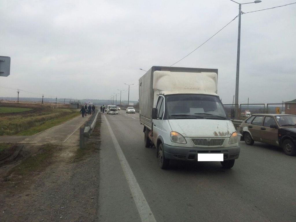 ДТП на трассе «Ростов-Таганрог»: Nissan Serena протаранил грузовую «Газель», трое пострадавших