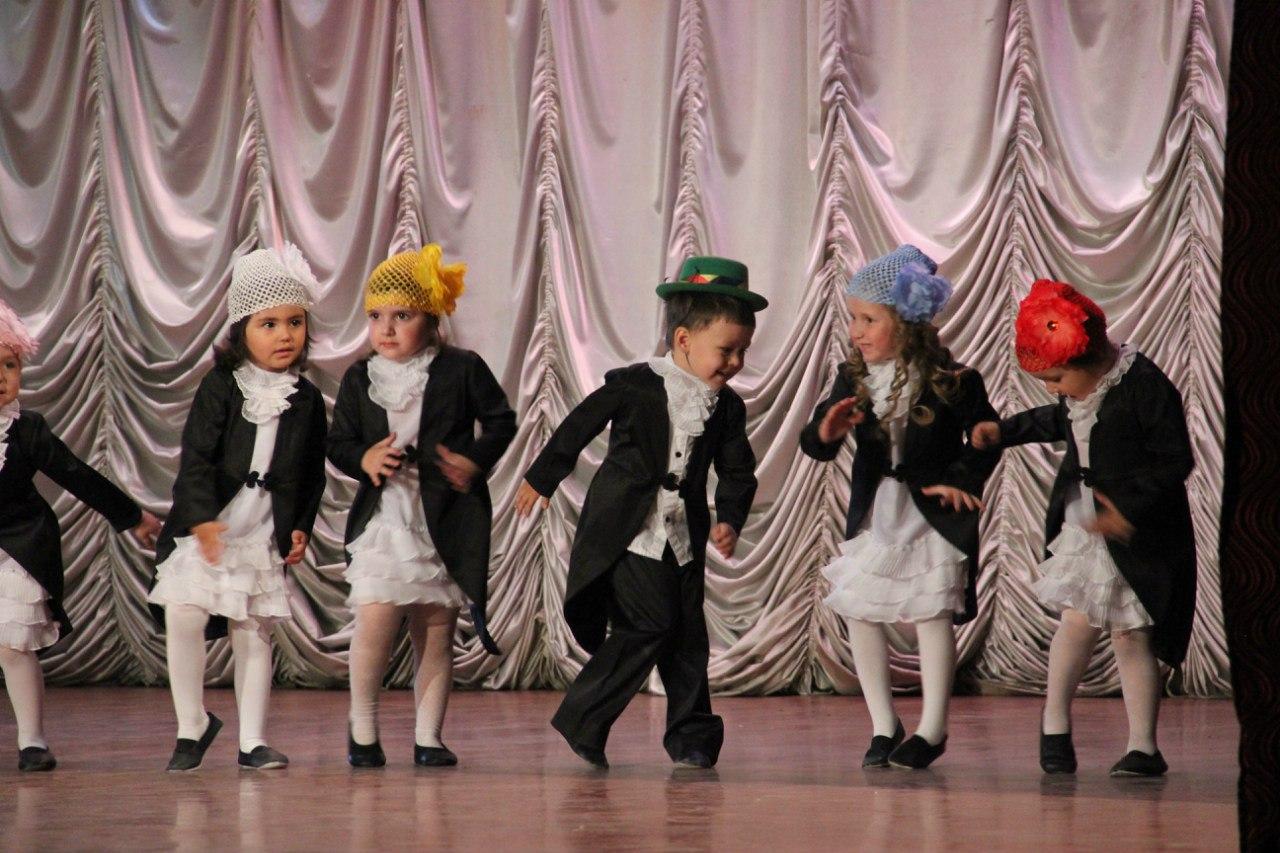 танцуют 3-летние дети