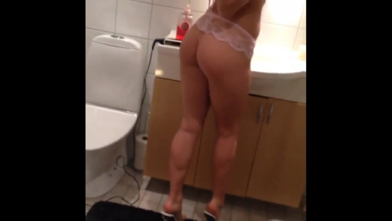 Девушка с большой жопой в ванной устроила разврат (домашнее,секс,порно,сиськи,раком,сиси,попа,минет,сосет,трахнул,инцест,красив
