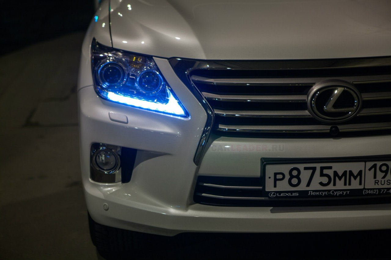 Новая решетка радиатора, бампер и оптика Lexus LX 570 2012