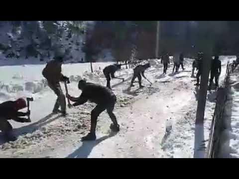 Ось так люди збераются в селі Колочава і долбят лед БО ПРОСТО ПО ДОРОЗІ НЕМОЖЛИВО ПРОЇХАТИ