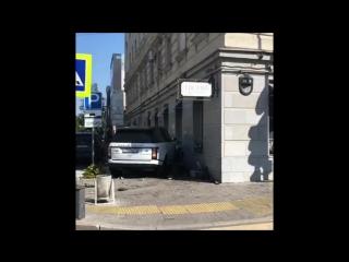 На улице Горького Land Rover вылетел на тротуар и врезался в здание