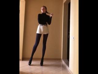 Длинные ноги в черных колготках (stocking pantyhose feet foot fetish фут teen малолетка фетиш колготки)