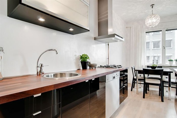 Квартира 36 м с широким проемом между кухней и гостиной и спальней в нише.