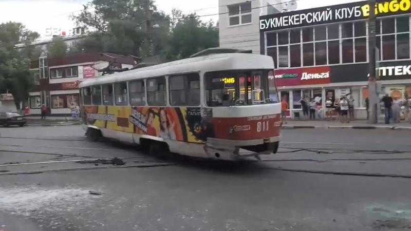 Трамвай снёс маршрутку