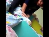 Воспитательница душит ребенка одеялом