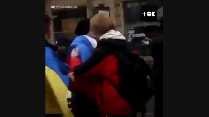 Смертельный номер - по Киеву с российским флагом. Но, как говорила крымская дочь офицера, не все так однозначно, как выяснилось.