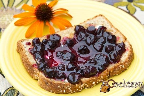Варенье-пятиминутка из смородины на зиму Варенье-пятиминутка обладает «говорящим» названием – по этому рецепту приготовить варенье из черной или красной смородины на зиму действительно можно всего за пять минут. Для фото рецепта мы взяли ягоды черной смородины. Дополнительные ингредиенты не потребуются – только ягоды, небольшое количество сахара и воды.