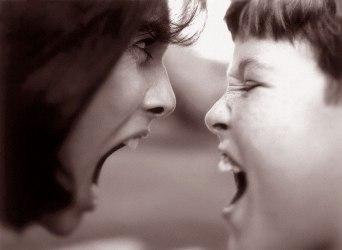 Что делать, когда ребенок кричит на родителей?