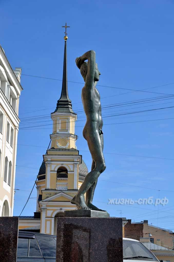 На фоне Симеоновской церкви, что на углу Моховой и Белинского, находится этот фонтан