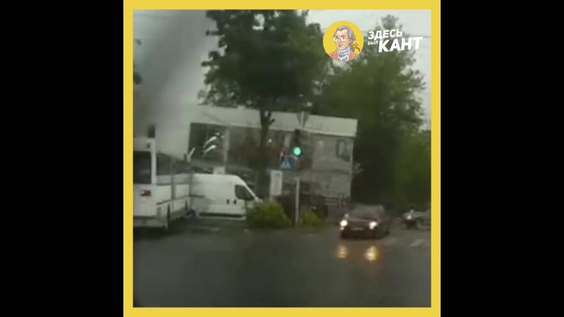 Автобус с пассажирами вылетел на тротуар в Калининграде | Здесь был Кант | vk.com/kanthaus